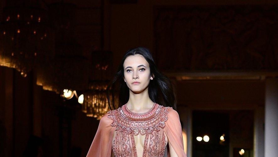 Zuhair Murad s'inspire de l'Egypte et de ses motifs caractéristiques pour embellir ses robes et combinaisons ultra féminines. Paris, le 22 janvier 2020.