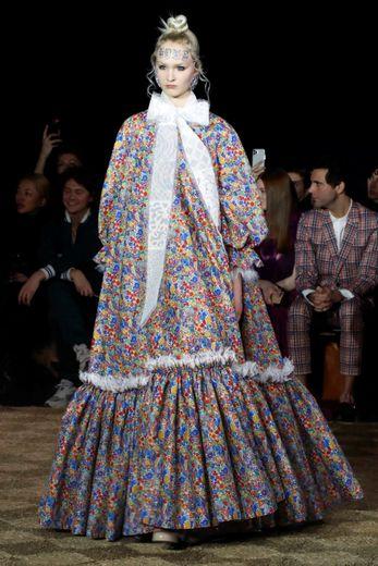 Viktor & Rolf présente un travail sur les volumes avec des robes souvent longues et amples décorées de fleurs et des iconiques noeuds de la maison. Paris, le 22 janvier 2020.