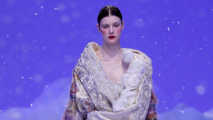 Direction la neige et la montagne pour Guo Pei qui prend de la hauteur pour proposer des vêtements surdimensionnés qui allient élégance et protection. Paris, le 22 janvier 2020.