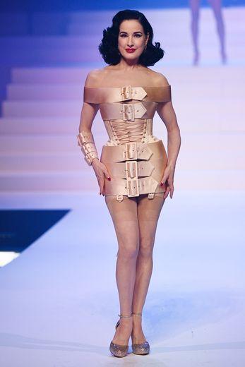 Pour son dernier défilé haute couture, Jean Paul Gaultier revisite ses pièces iconiques comme le corset porté ici par Dita Von Teese. Paris, le 22 janvier 2020.