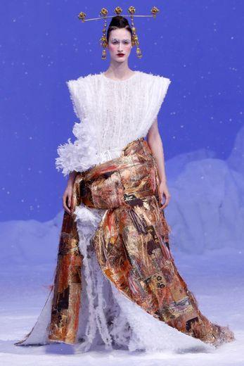 Souvent d'un blanc immaculé rappelant la neige, les vêtements se font cocooning chez Guo Pei avec des effets cotonneux notamment. Paris, le 22 janvier 2020.