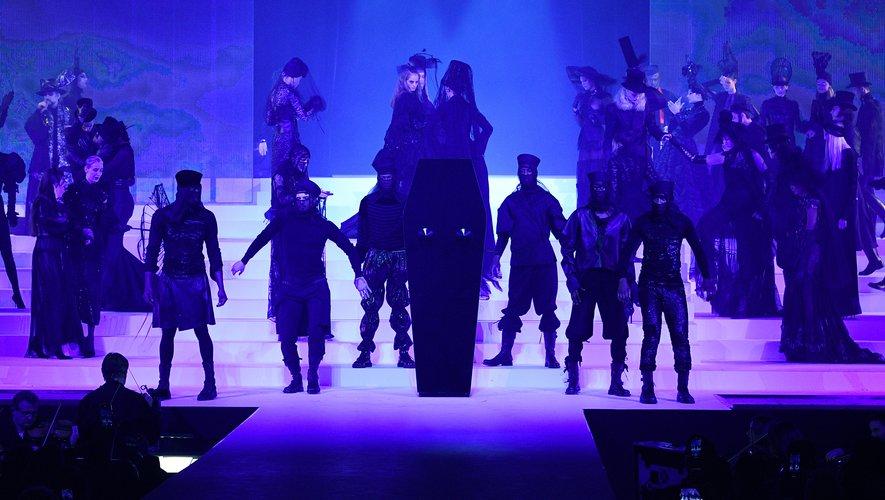 Le show s'ouvre sur un cercueil noir décoré de deux seins coniques, indissociables de Jean Paul Gaultier, qui laisse apparaître un mannequin entièrement vêtu de blanc. Paris, le 22 janvier 2020.