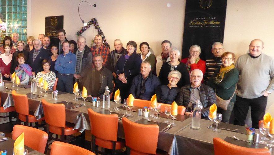 Les habitants de La Boissonnade réunis autour du père Christophe, de Marie Austry et Mathieu Salles pour la remise des chèques.