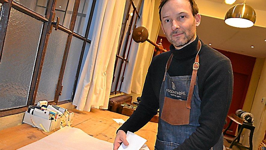 Des gants blancs, en cuir lavable, confectionnés à Millau.