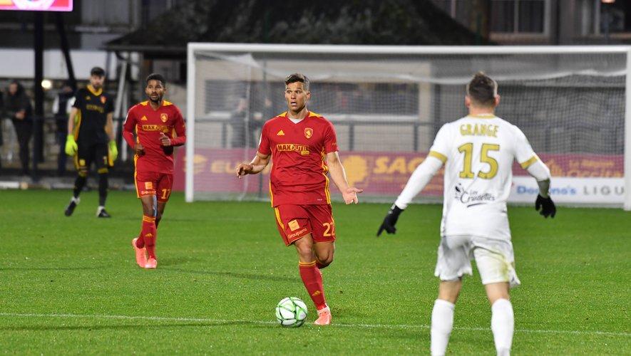 David Douline cherche une solution pour passer le ballon lors du dernier match de championnat face à Châteauroux, perdu 1-2. Les Ruthénois devront faire preuve à Paris de disponibilité pour espérer réaliser un bon résultat.