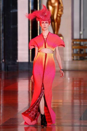 Yuima Nakazato nous emmène dans l'univers des mangas avec des robes aux couleurs flamboyantes et aux épaules marquées. Paris, le 23 janvier 2020.