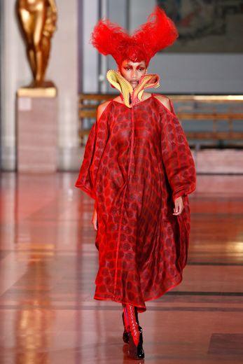 Le rose, le rouge, et le bleu, vibrants, sont très présents chez Yuima Nakazato qui propose des robes imprimées amples, ouvertes au niveau des épaules, et des looks tous plus futuristes les uns que les autres. Paris, le 23 janvier 2020.