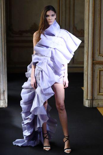 Difficile de faire plus glamour que la maison Aelis qui propose des robes asymétriques entièrement composées de ruban froncé, déclinées dans une palette pastel. Paris, le 23 janvier 2020.