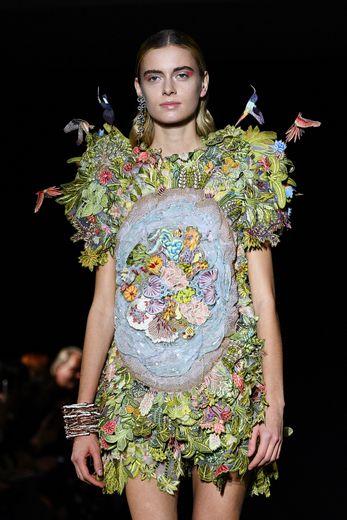 Les mannequins Rahul Mishra sont de véritables femmes nature avec des robes recouvertes de fleurs et de plantes sur lesquelles viennent se poser des oiseaux. Paris, le 23 janvier 2020.