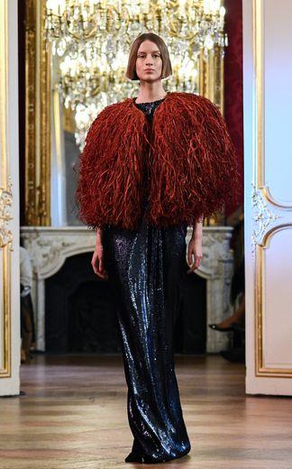 Sur une seule et même tenue, Imane Ayissi mêle des matières nobles et scintillantes, très glamour, à des matières comme le raphia. Paris, le 23 janvier 2020.