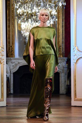 Chez Imane Ayissi, certaines robes sont d'une élégance et d'un chic absolus, se déclinant dans des matières fluides et nobles comme la soie. Paris, le 23 janvier 2020.
