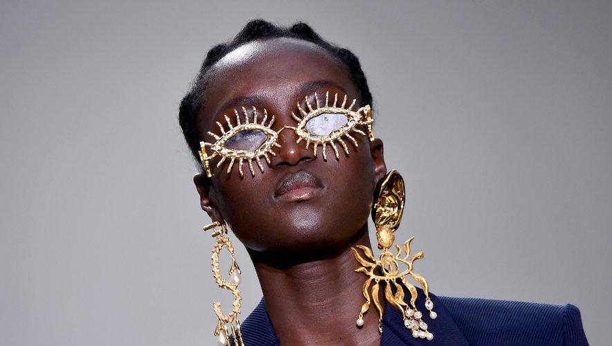 Les lunettes façon bijoux et boucles d'oreilles XXL de Schiaparelli. Paris, le 20 janvier 2020.