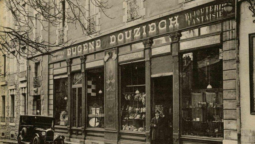 L'intérieur (en haut) et la façade du Bazar Douziech au début du XXe siècle.