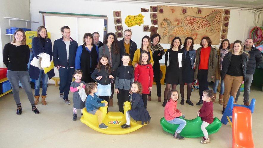 Les nouvelles familles autour de la directrice Marlène Aigouy et de l'équipe enseignante.