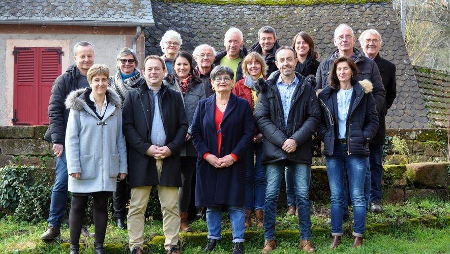 Anne Gaben-Toutant entourée d'une partie de sa liste « Marcillac en commun ».