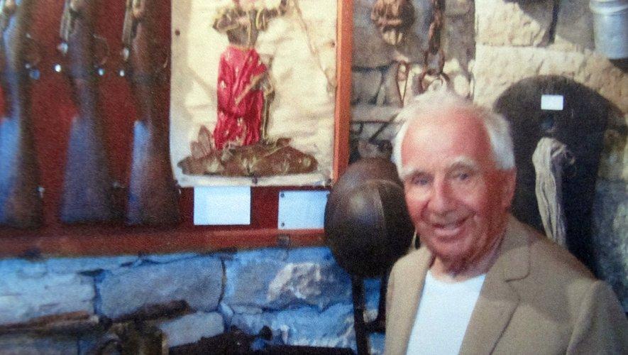 M. Gabriel Maurice dans le « mini-musée » de La Roque-Valzergues.