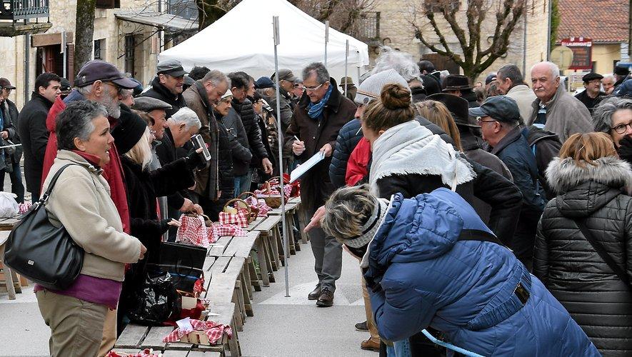 Les premiers vendeurs arrivent une heure avant le coup de sifflet officiel de l'ouverture du marché. Tout est réglementé et il faut donc montrer patte blanche avant de s'installer au milieu des deux rangées de tables.