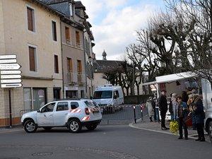 Samedi matin, rue du Cours. Les techniciens de l'identification criminelle recueillent des indices et effectuent des prélèvements pour éclaircir les circonstances du drame.