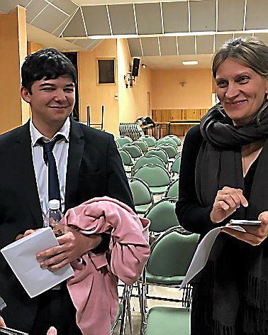 L'heureux gagnant Brad Goni, apprenti cuisinier, élève du Lycée hôtelier Saint-Joseph, avec son professeur de lettres et histoire, Delphine Palissot qui coache.