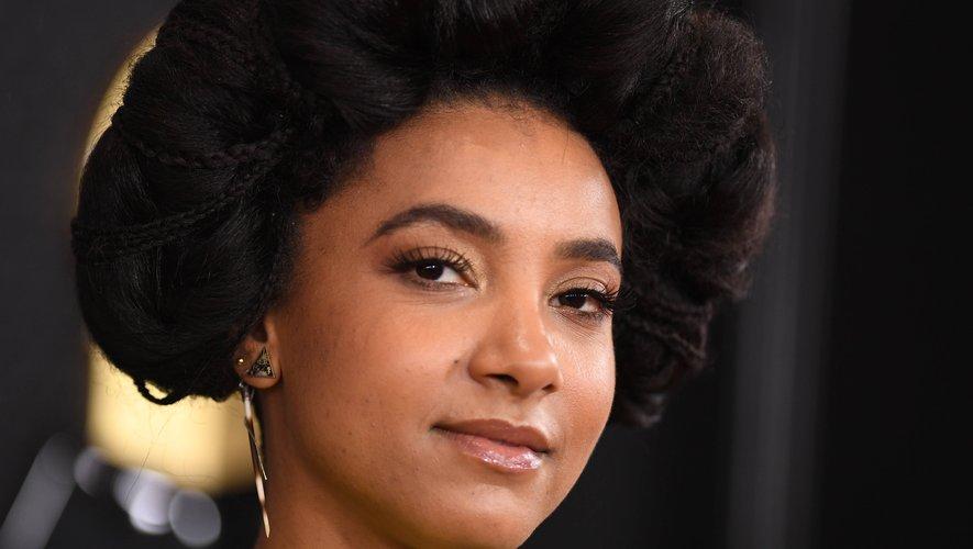 La coiffure volumineuse et rétro d'Esperanza Spalding et son make-up très naturel lui ont permis de sortir du lot.
