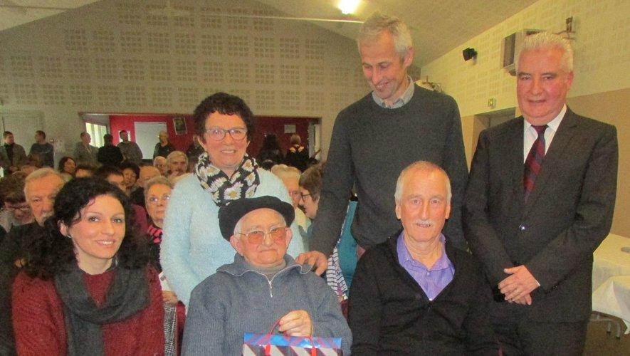 Noël Servières qui fête ses 100 ans, accompagné de sa fille et de sa petite-fille a été mis à l'honneur lors de la cérémonie des vœux.