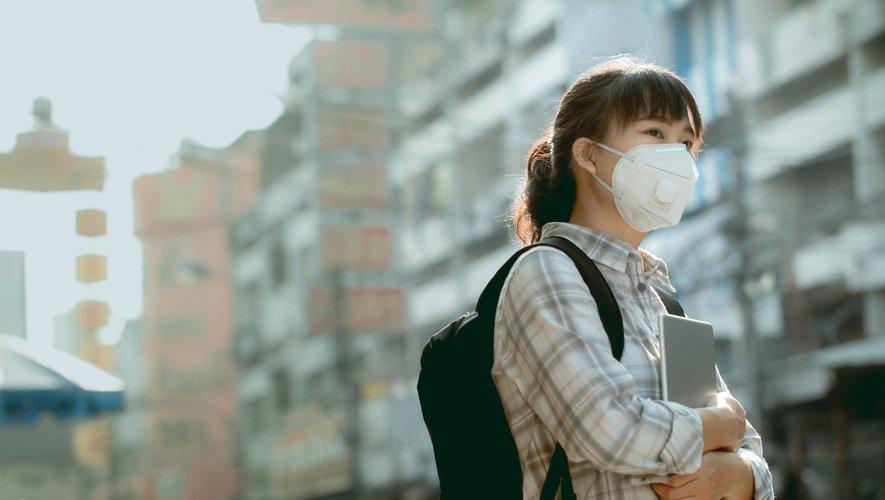 Le port d'un masque est essentiel pour les personnes malades et peut être recommandé dans les régions fortement touchées par l'épidémie, mais n'est ni utile ni efficace pour le reste de la population