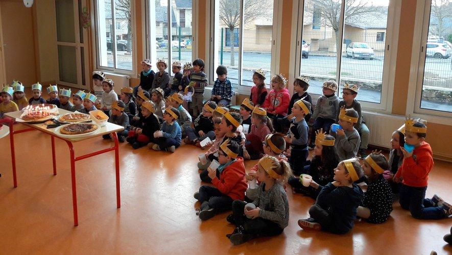 Les enfants dégustant les galettes, la couronne sur la tête.