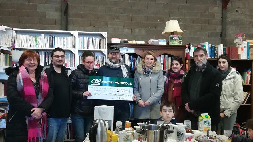 Représentantes du Crédit Agricole et bénévoles de la Transformerie devant un goûter, lors de la remise de chèque.