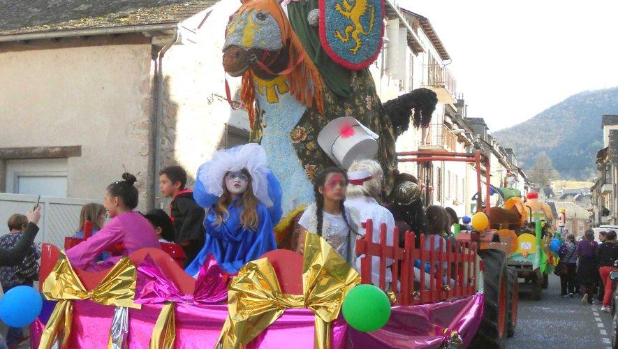 L'année dernière, le défilé en fanfare, montrait des chars surmontés de chevaliers, de princes et princesses.
