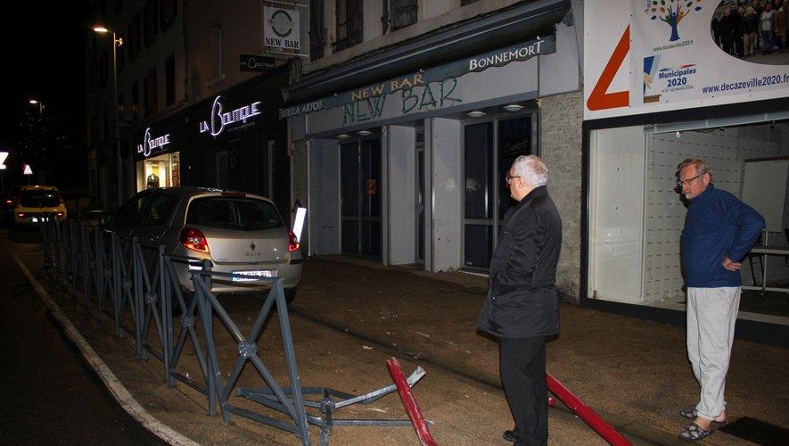 L'auto a défoncé le mobilier urbain.
