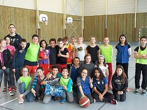 Opération « basket école » à Sévérac (Anthony Guillamet à gauche).