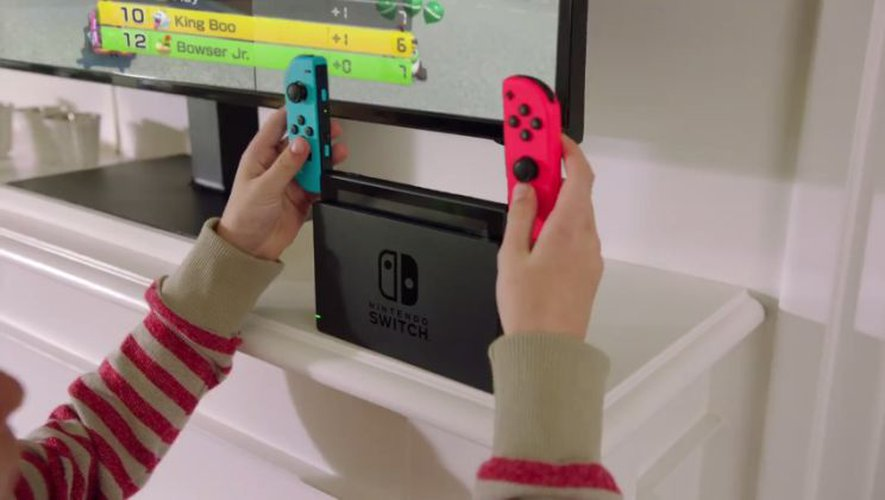 La Switch est une console de jeu hybride, pouvant être utilisée en mode portable ou bien fixe raccordée à un écran chez soi
