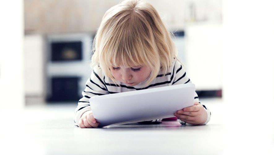 Selon l'étude, les enfants les plus exposés aux écrans s'asseyaient en moyenne 40 minutes de plus par jour que les enfants qui ont passé une heure ou moins sur des écrans lorsqu'ils étaient plus jeunes.