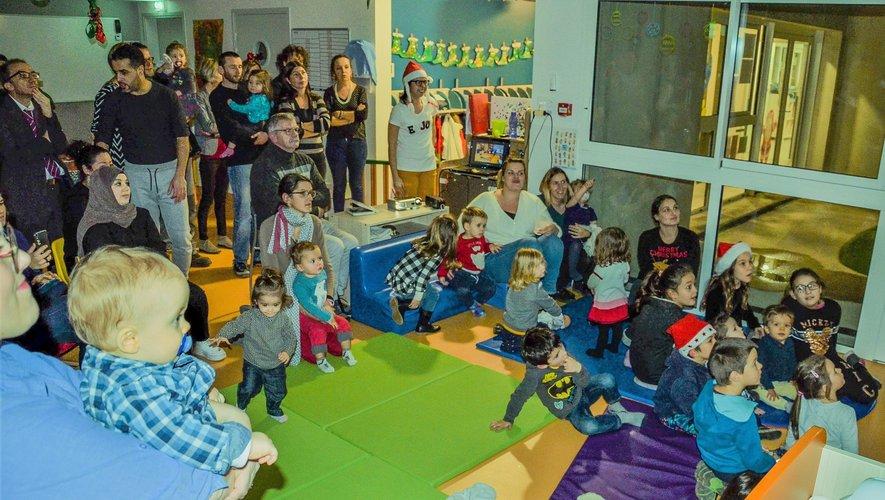 Parents et enfants réunis dans la salle « Le Petit Prince » du pôle petite enfance.