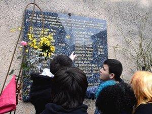 Elèves MFR devant la plaque commémorative