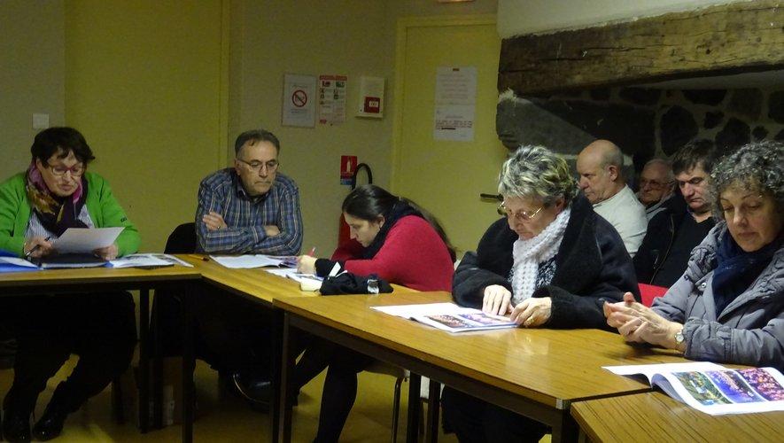 De gauche à droite : La présidente Colette Nayrolles et le trésorier Jean, avec les membres du conseil d'administration.