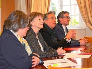 Jean-François Galliard entouré par les conseillers départementaux Michèle Buessinger, Christine Presne et Jean-Pierre Masbou lors de la présentation du dispositif.