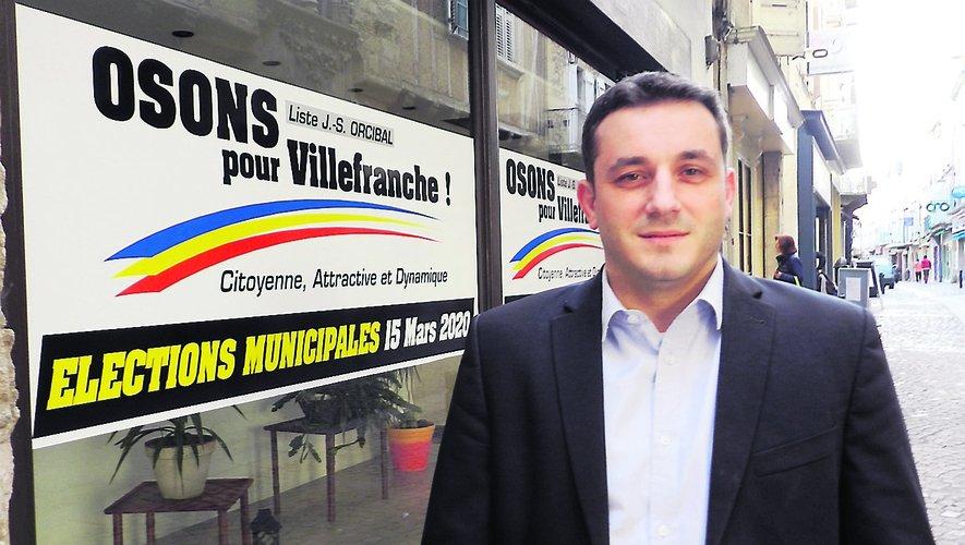Jean Sébastien Orcibal devant son local de campagne, « La Fabrique à projets ».