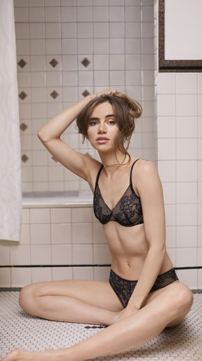 Suki Waterhouse prête ses traits à la nouvelle collection de DKNY Intimates.
