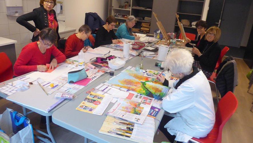 Les participantes au dernier atelier d'arts plastiques animé par Mireille Perrin.