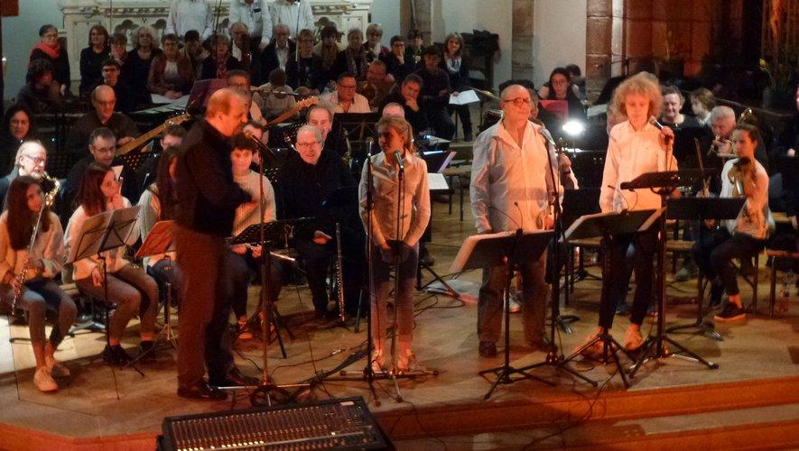 Frédéric Bonnet présente l'orchestre.