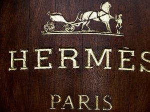Hermès réalise 50% de son chiffre d'affaires dans la maroquinerie et la sellerie, son métier d'origine. Les vêtements et accessoires ont représenté 22% de ses ventes en 2018.