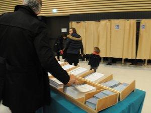Avant que les bulletins ne soient disponibles dans les bureaux de vote, les candidats auront dû voir leur dossier validé par la préfecture.