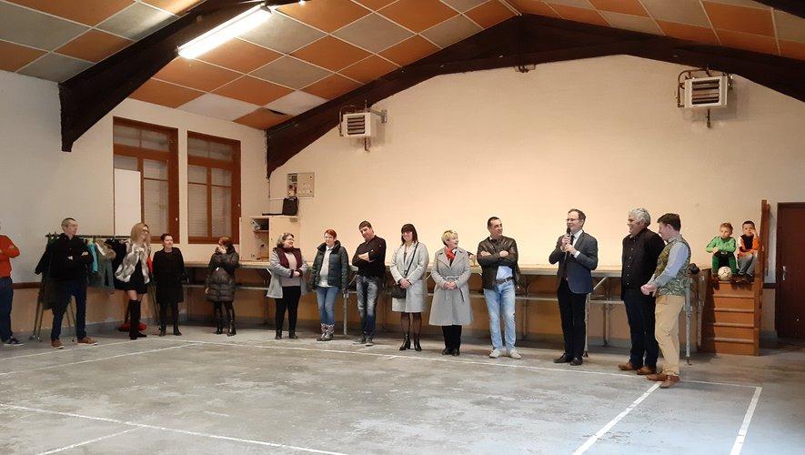 De gauche à droite : les conseillers municipaux, le maire, les élus départemantaux et nationaux.