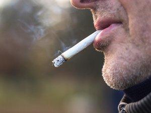 Trop de Français sont encore exposés à la fumée de leur entourage, à domicile ou au travail, montre une enquête publiée vendredi par Santé publique France.
