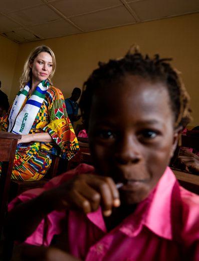 Kiera Chaplin, présidente de la Fondation Fleur du Désert France, à la Kiera Chaplin Desert Flower School en Sierra Leone.