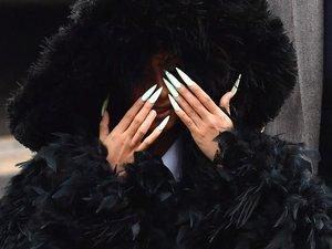 """La rappeuse Cardi B, rendue célèbre par le tube """"Bodak Yellow"""" (2017), arbore des ongles souvent extravagants"""