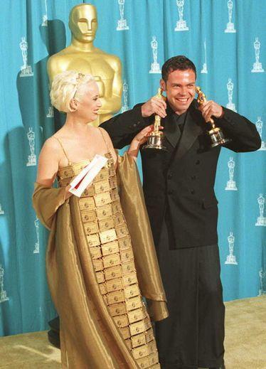 En 1995, Lizzy Gardiner frappe fort - un peu trop - en foulant le tapis rouge des Oscars dans une robe entièrement réalisée à partir de cartes de crédit...