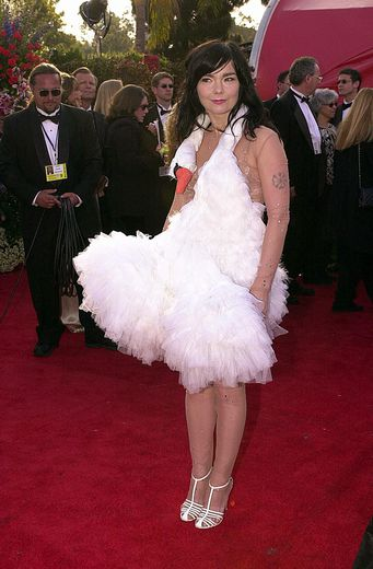 """Bjork est sans doute """"LA"""" personnalité dont la robe a le plus fait parler lors des Oscars. La chanteuse a choisi en 2001 un modèle prolongé par une tête de cygne."""