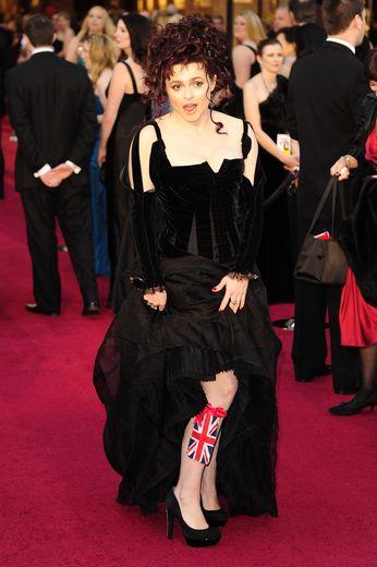 La coiffure, la robe, le corset, l'Union Jack... Si nous n'avons rien à reprocher à chaque élément de cette tenue portée par Helena Bonham Carter, c'est l'ensemble qui pose problème sur le tapis rouge des Oscars en 2011.